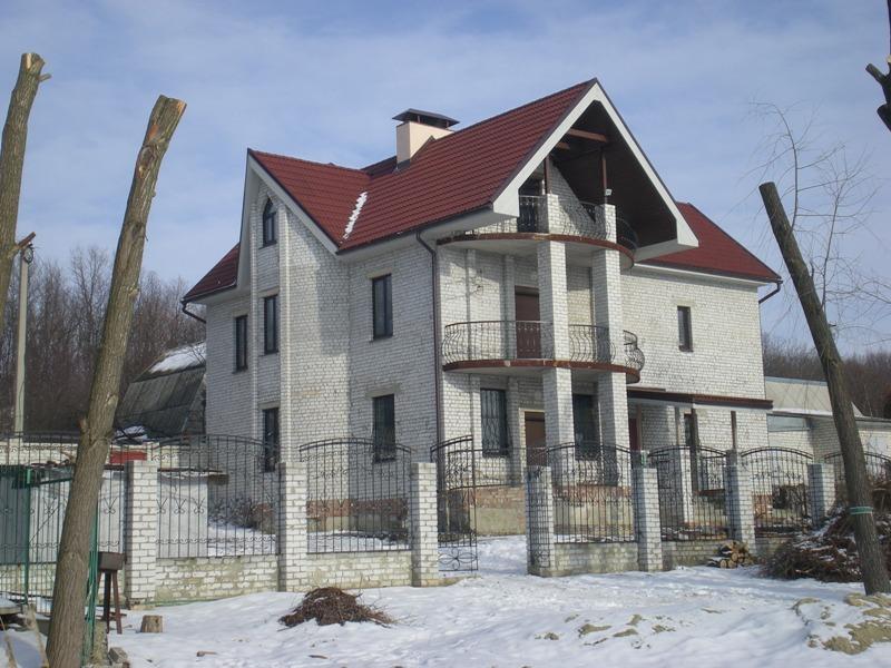 Комбинированный фасад дома кирпич и штукатурка
